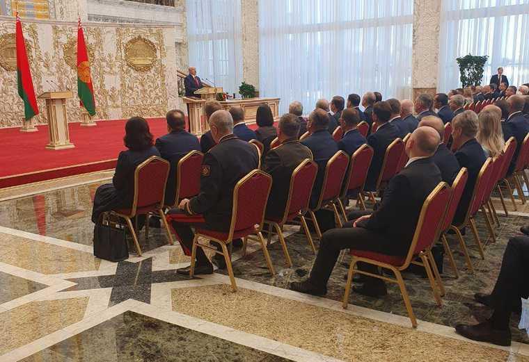 Лукашенко тайно вступил в должность президента Беларуси. К резиденции стянули спецтехнику