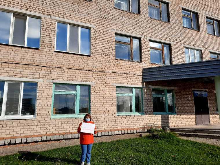 На Урале полиция пришла к детям-пикетчикам. Они защищали больницу в родном поселке. ВИДЕО