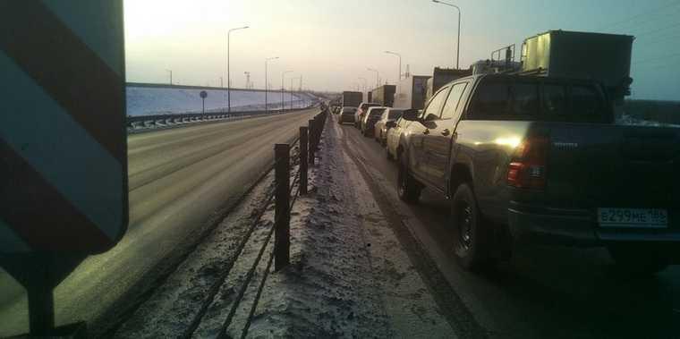 В ХМАО силовики парализовали движение возле моста через Обь. ФОТО