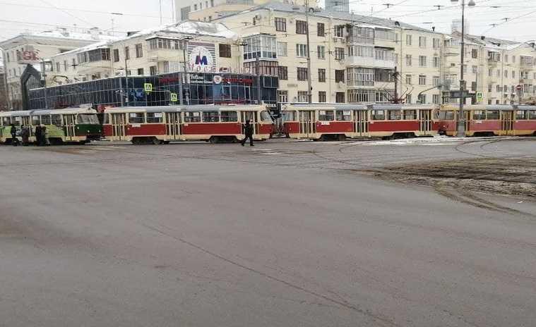 В Екатеринбурге трамваи перекрыли движение участников акции. Фото, видео