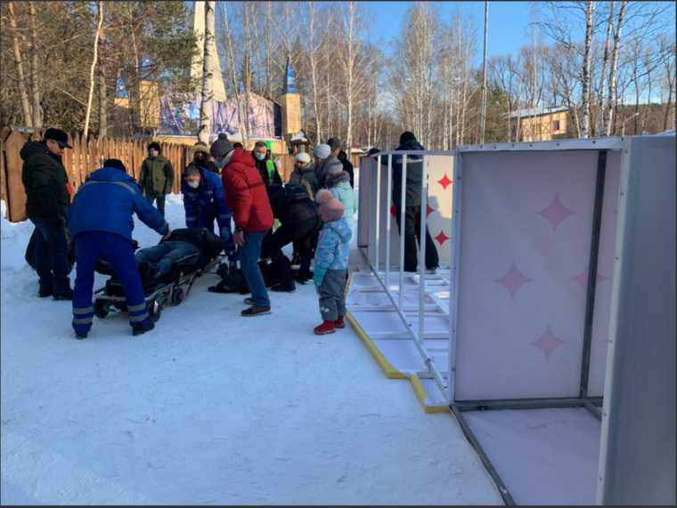 На жителя Екатеринбурга рухнула железная конструкция в ЦПКиО. Фото