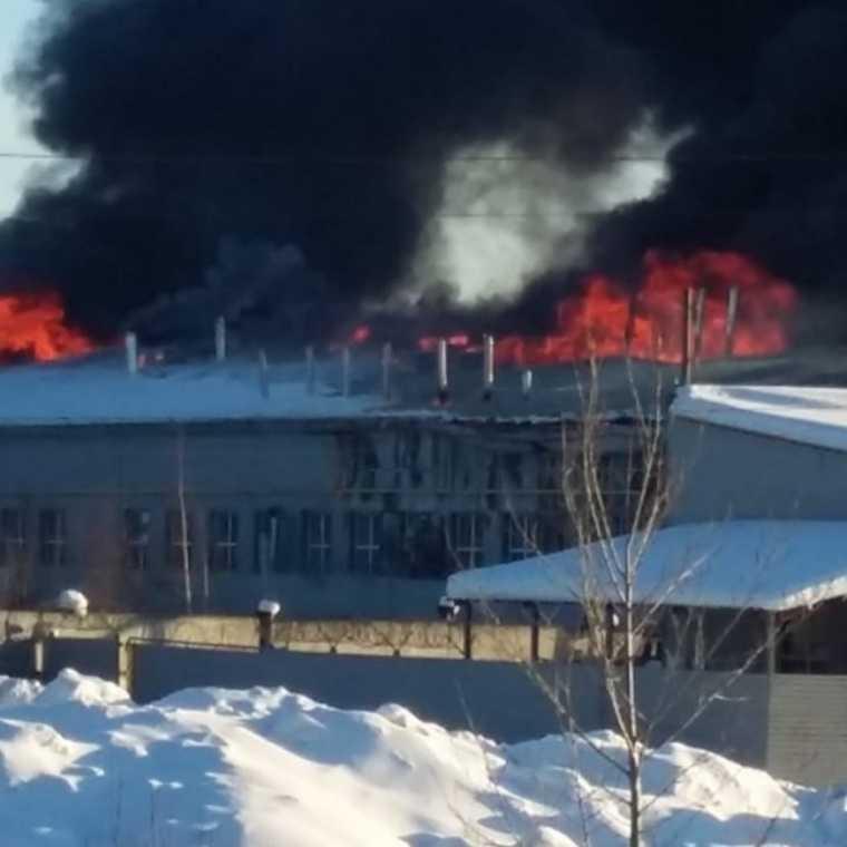 В свердловском городе горит хлебозавод. Фото, видео