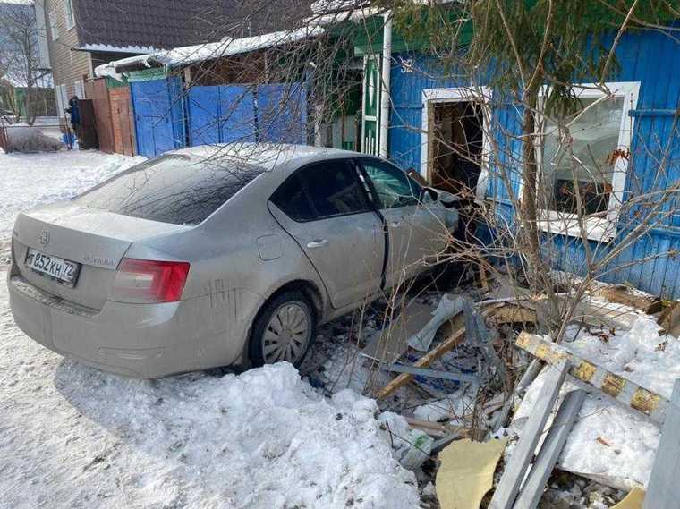 В Тюмени машина врезалась в дом, протаранив детскую комнату. Фото