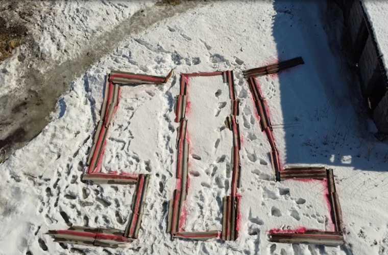 Челябинцы выложили слово «SOS» из обломков своего барака. Фото