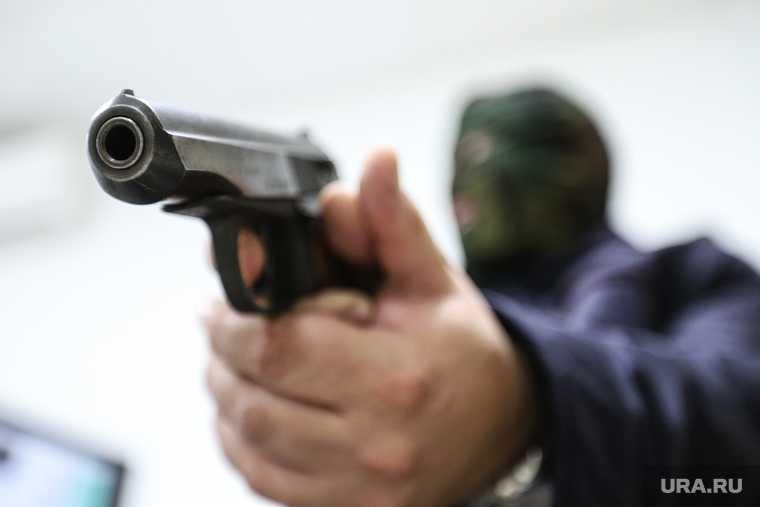 мужчина открыл стрельбу из окна