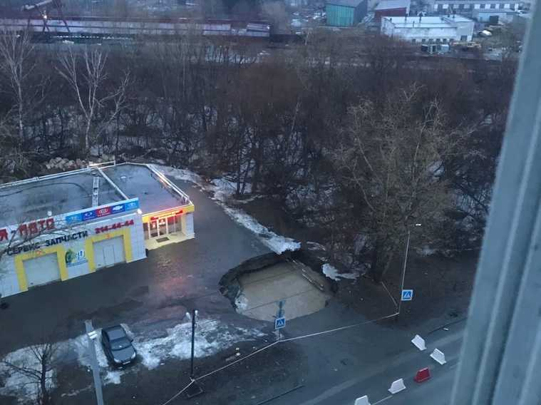 В Челябинске перекрыли дорогу из-за огромного провала в асфальте. Фото