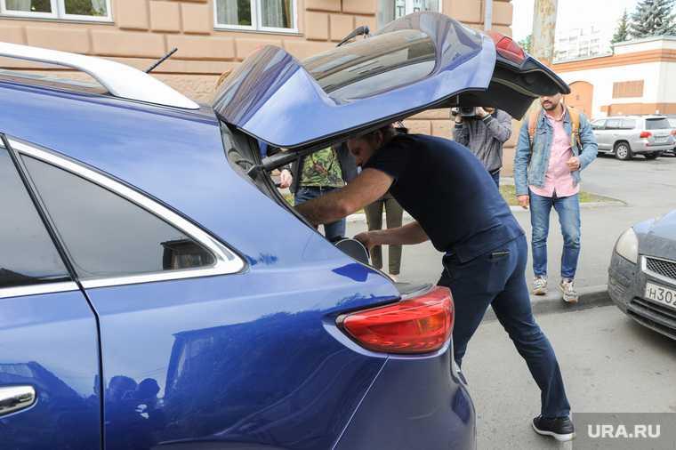 силой затолкали в багажник