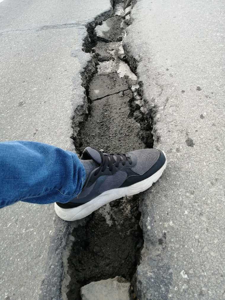 На проблемной трассе в ЯНАО образовались огромные трещины. Фото