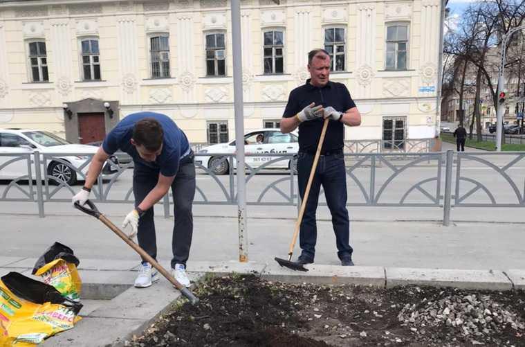 Губернатора Куйвашева заметили с лопатой в центре Екатеринбурга. Видео