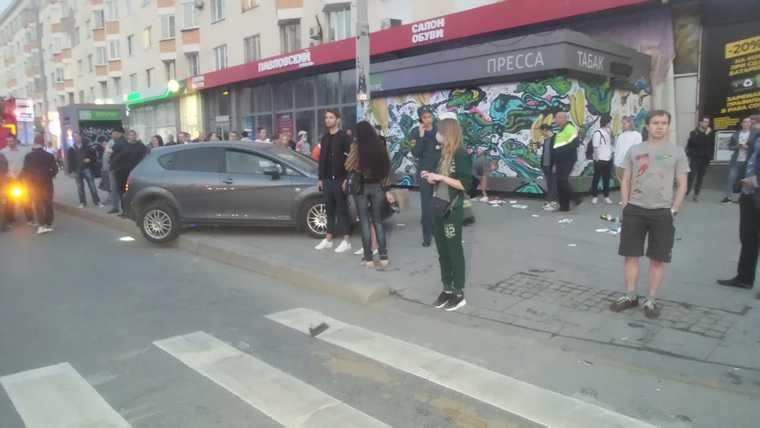 В центре Екатеринбурга столкнулись две иномарки. Пострадали 7 человек. Фото