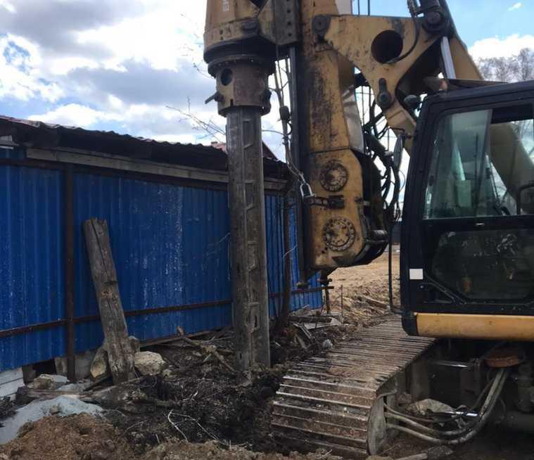 Жителей Цыганского поселка Екатеринбурга выживают из домов. «Вбивают сваи прямо под забором»
