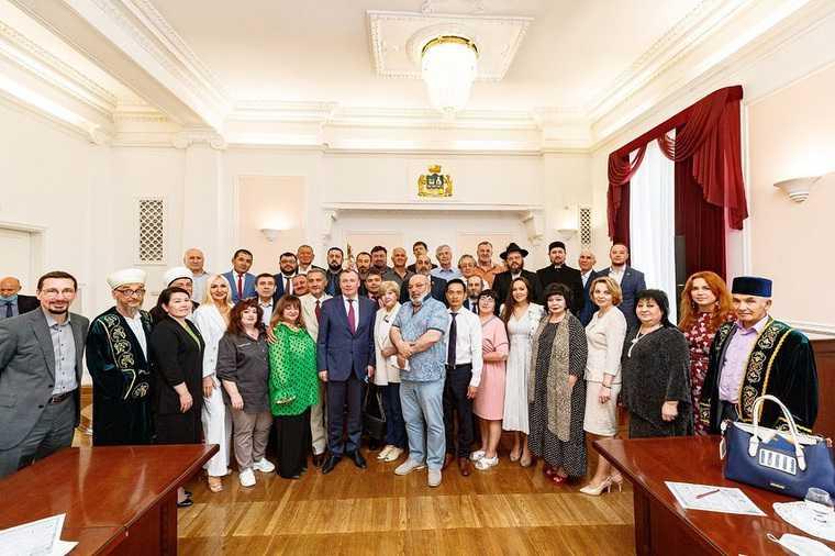 Мэр Екатеринбурга заключил перемирие с диаспорами. Договор укрепят на базе отдыха