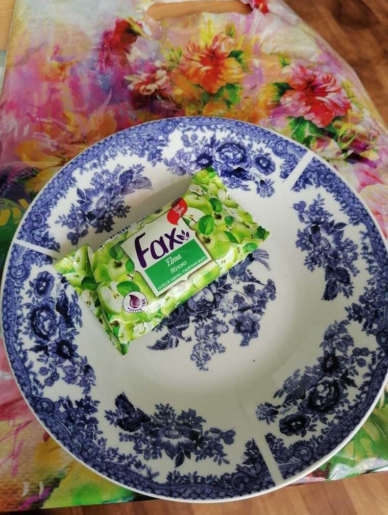 Тюменскому ребенку-инвалиду подарили тарелку, мыло и пакет. Фото