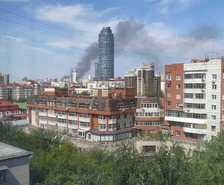 В частном секторе Екатеринбурга горят дома. Фото, видео