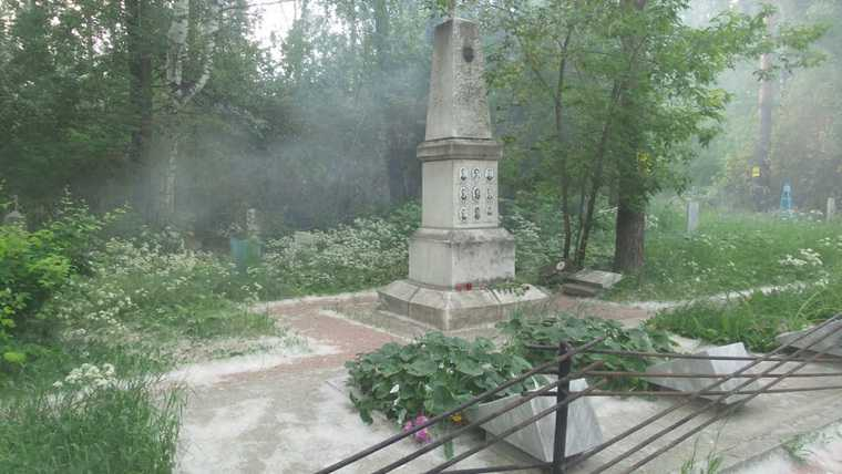 В Екатеринбурге пожар приближается к могиле группы Дятлова