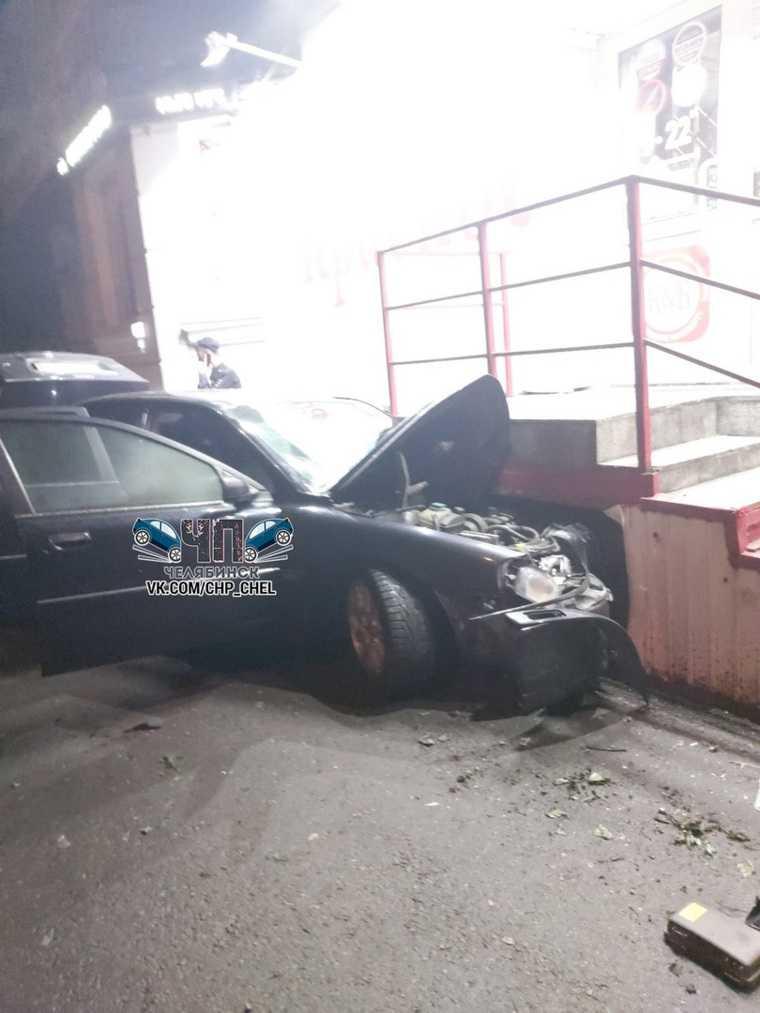 В Челябинске машина врезалась в алкомаркет «Красное и Белое». Фото
