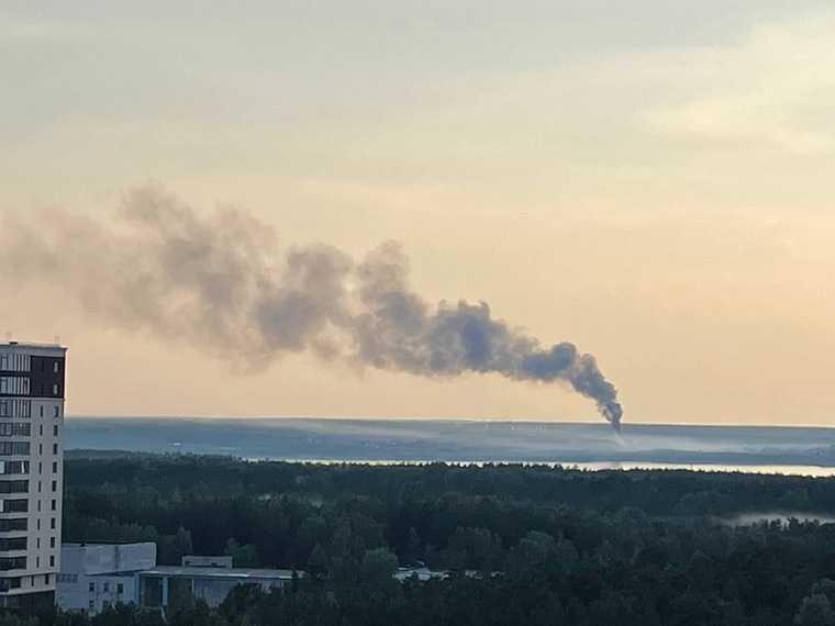 В Челябинске от удара молнии загорелся жилой дом. Фото, видео